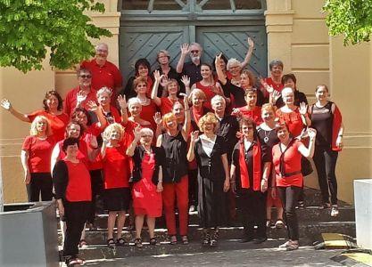"""Foto mit winkenden Sängern und Sängerinnen der """"Sacropops"""""""