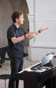 Foto von Peter Schnur, wie er die Sacropops dirigiert
